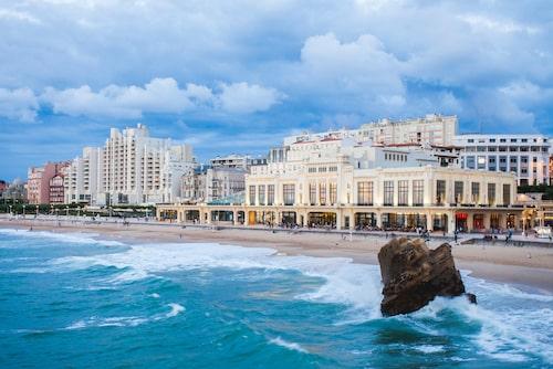Stränderna runt Biarritz lockar både surfare, simmare och barnfamiljer.