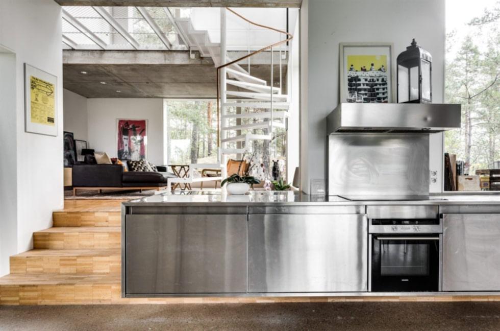 Köket är skräddarsytt och specialtillverkat med golv i slipad betong.