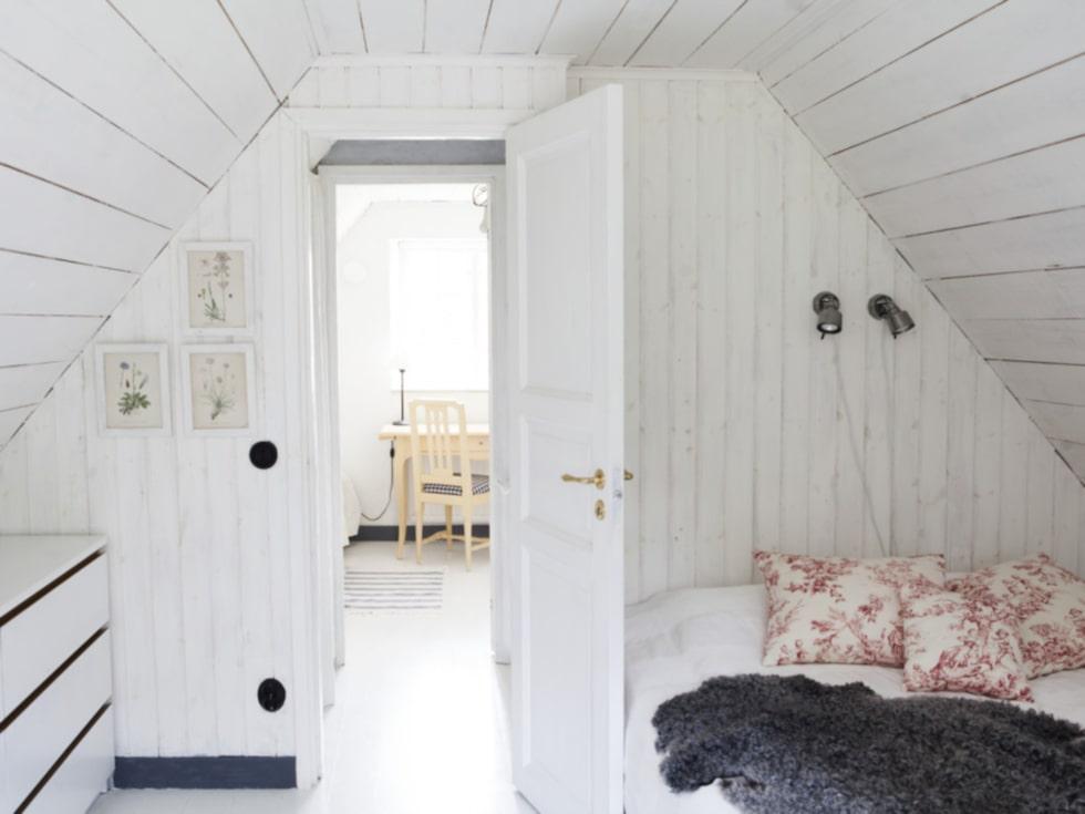 Helenas sovrum har byråer från Ikea – kuddarna är sydda av franskt tyg.