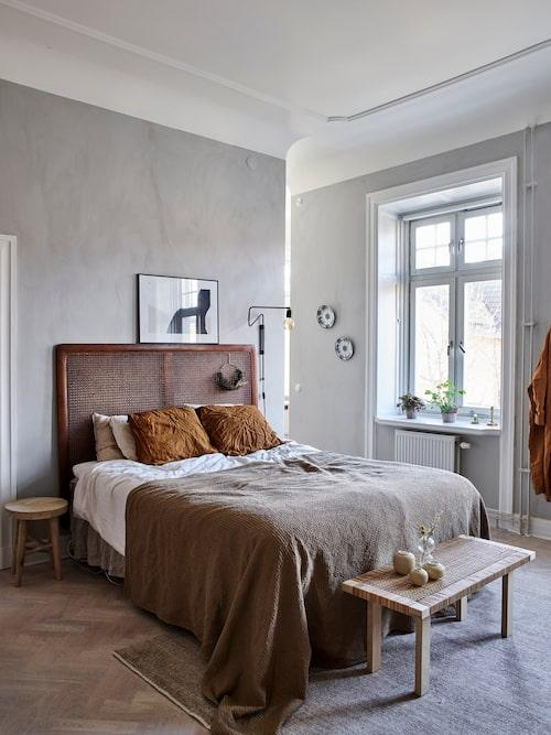 Hannes har målat om sovrummet med en kalkfärg som ger ett varmt intryck. Sänggavel i rotting, Jotex. Tavla över sängen, Wall of Art. Lampa, Rum 21. Överkast, H&M Home. Bäddset, Ellos. Väggfärg, Jotun.