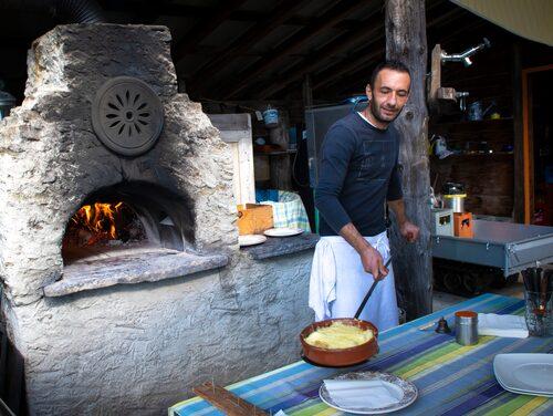 Man äter både gott och lyxigt men också enkelt och lokalt, till exempel i en grotto, som förr var en sval förvaringsplats för mat, dryck och förnödenheter, ofta insprängd i berget.