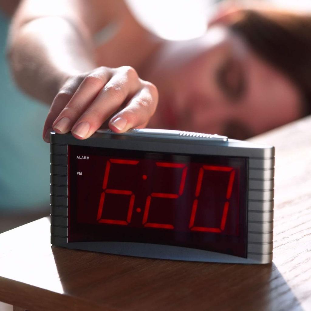 En mästare på att snooza? Det är inte bra för kroppen. Ställ i stället alarmet på den tiden då du verkligen måste gå upp, och försök placera klockan i andra änden av rummet.