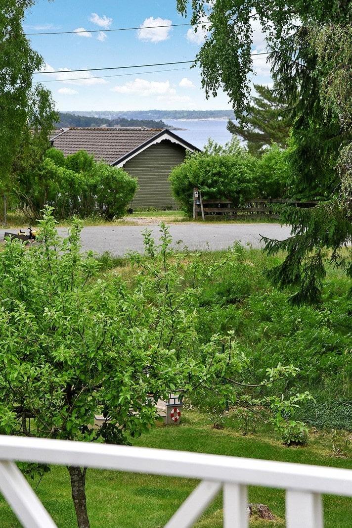 Skärgårdsvillan ligger i populära Björkvik på Ingarö med badrocksavstånd till sandstränder och klippor.