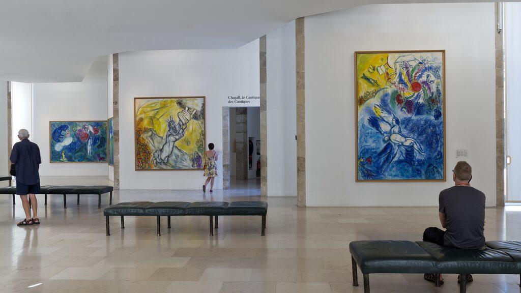 Matisse ägnade fyra år av sitt liv till att designa och utsmycka kapellet La Chapelle du Rosaire som ligger i Vence.