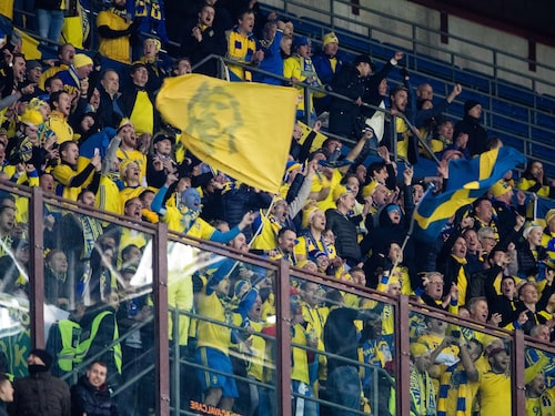 Svenska fans på plats under kvalmatchen i Milano.