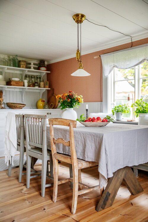 Köket på Sjonsgård är inrett i gammal stil, köksinredningen kommer från Bomans kök. Stolarna kommer från Emma-Lisas föräldrar, bordet är köpt på Ellos och skomakarlampan från Klassiska byggvaror.