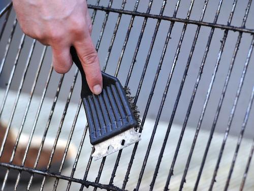 När grillen har bränt alla rester är det lätt att rengöra gallret med en stålborste.