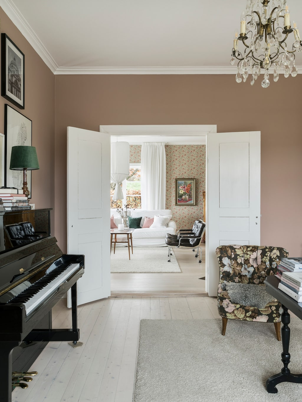 Lina och David satte in dubbeldörrar mellan pianorummet och vardagsrummet, vilket blev ett lyft.
