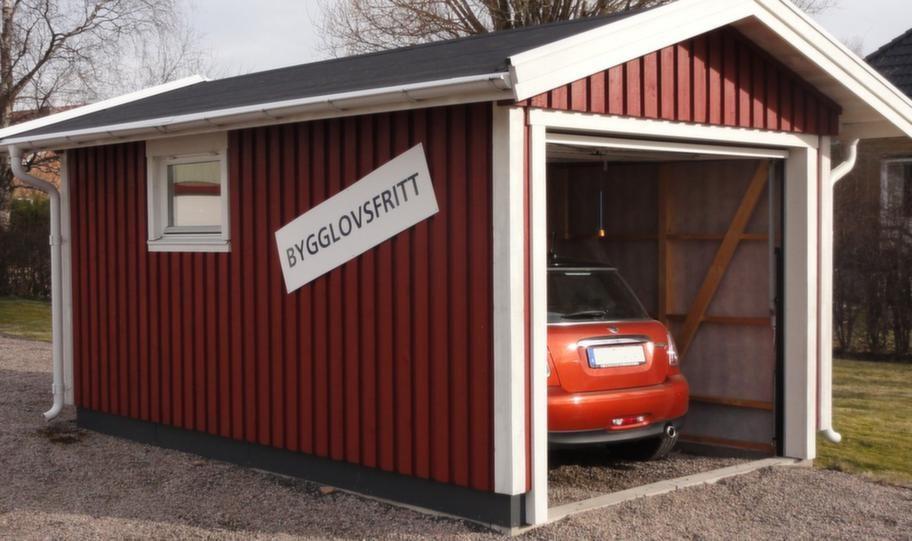 Bygglovsfritt garage15 kvadratmeter enbilsgarage med sadel- eller pulpettak. Leveransen består av färdiga väggelement med påspikad panel vilket gör att monteringen enkel och snabb om man ät två. 39 300 kronor, frakt tillkommer.Info: mellbygarage.se