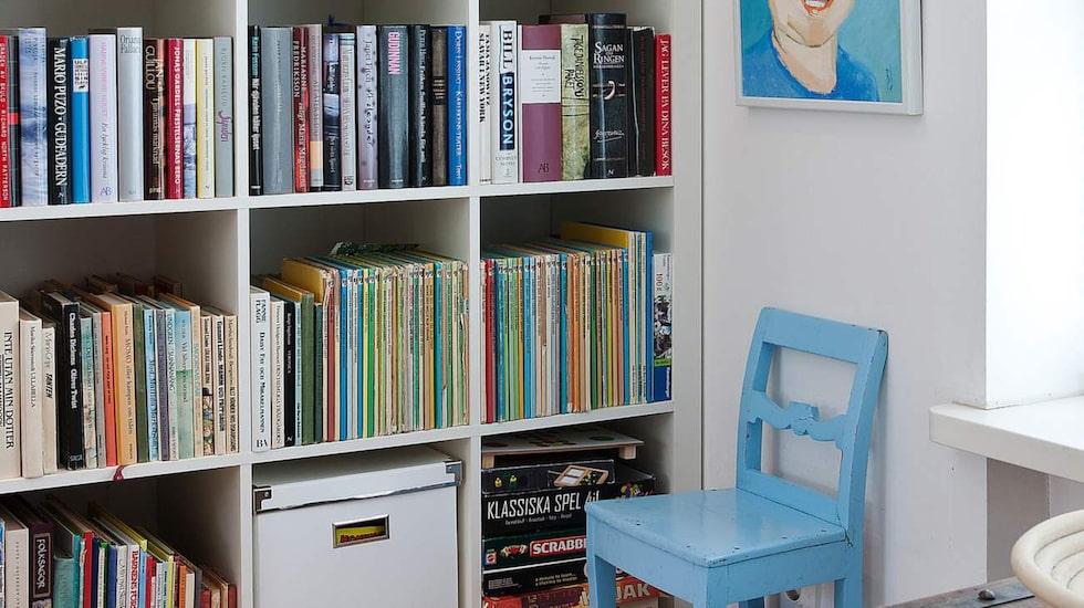 Familjen Jisander älskar att läsa och i stället för att gömma undan böckerna får de färgglada ryggarna bli en prydnad i bokhyllan. Porträtten på barnen har deras farmor målat.