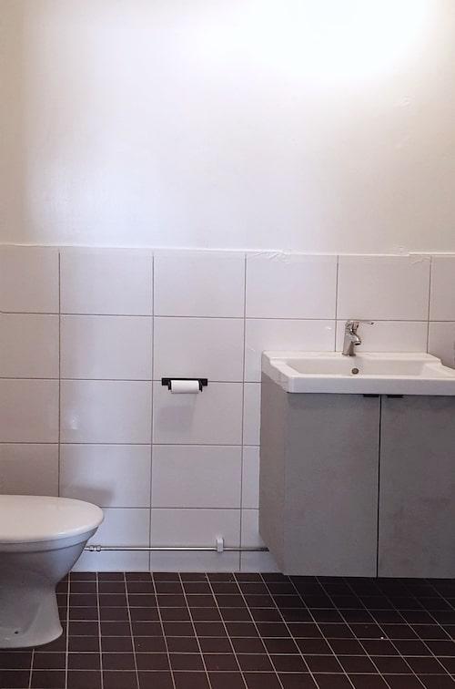 Ett av husets nio badrum före.