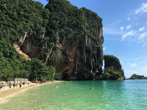 Phra Nang, väl undangömd ligger den som en grön smaragd bortom Railey Beach.