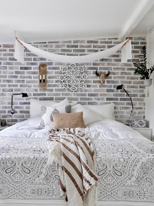 Sänghimlen i parets sovrum är hemmagjord, liksom väggen som ser ut att vara tegel.
