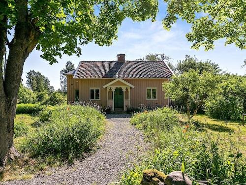 Till det gula huset hör tomt på 1,6 hektar.