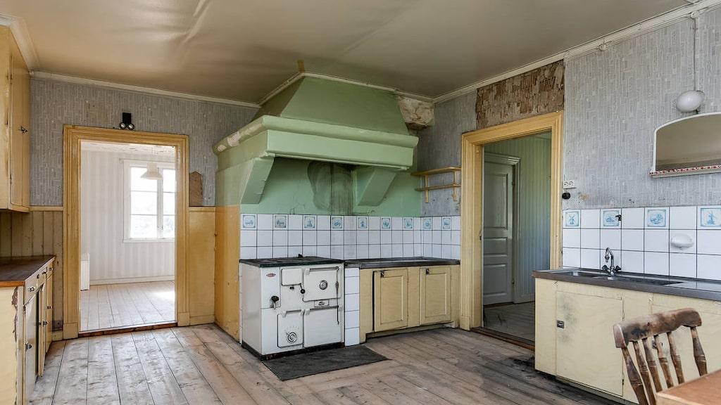 Köket var rymligt med äldre köksinredning.