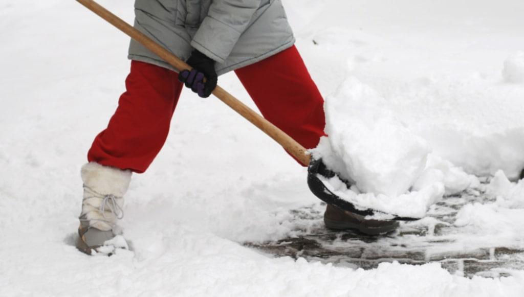 Låt också benen jobba när du skottar snö. Böj på dem och se till att vara uppvärmd när du börjar så att det inte blir en chock för kroppen.
