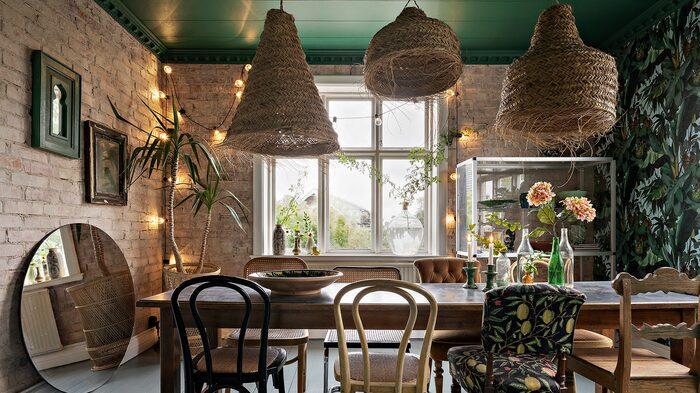 Grön färgsättning, udda stolar och mycket personliga korglampor.