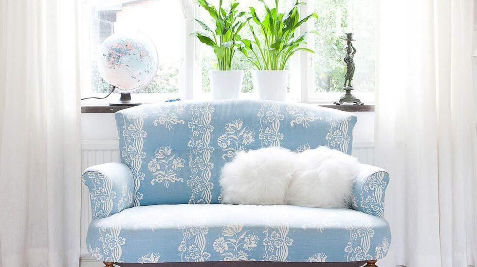 Morfars gamla soffa är en av Malins egna favoriter i hemmet. Med nytt tyg blev den ett riktigt smycke.