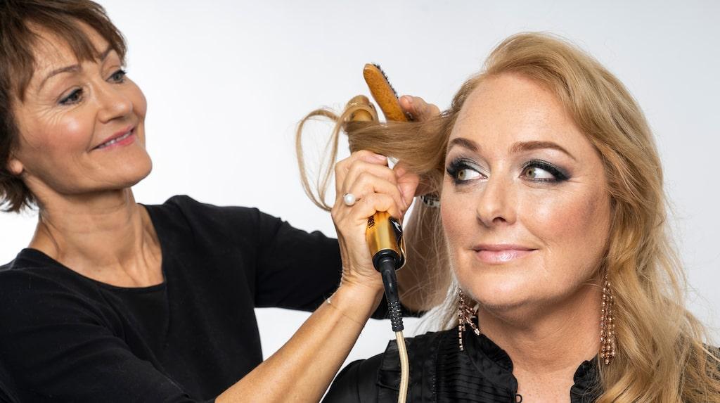 Lisbeth, 45, reporter på norska Tara, fick vara modell när makeaupartisten Janne Skarpeid Hermansen visar hur man lägger en fin vardagsmakeup och hur man sedan uppdaterar den till en festlook med extra glow.