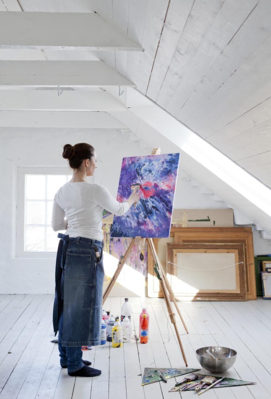 I sin ateljé finner Johanna ro och tankar själen med ny energi. Hon målar oftast sina tavlor i en teknik som heter Vedic Art.