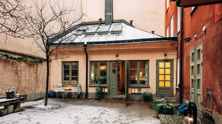 Det lilla huset på Östermalm i Stockholm är till salu för knappt 9 miljoner kronor.