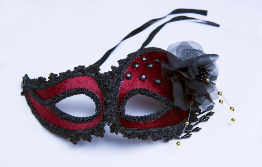 Mask i rött och svart, 330 kronor.