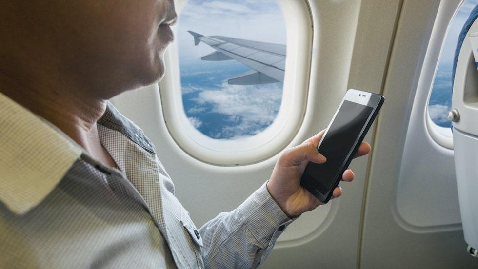 Bara du har ställt den i flygplansläge är det okej att använda telefonen på flyget.