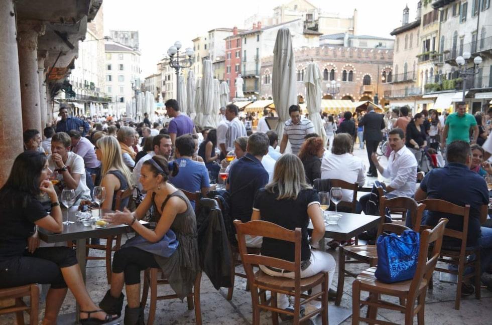 Ta en kaffe på torget i Verona.