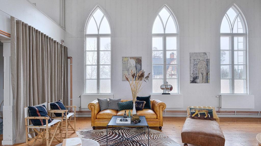 Här snackar vi ljus i guds hus! De enorma gamla kyrkfönstren är bevarade och kyrksalen har förvandlats till ett stort sällskapsrum.