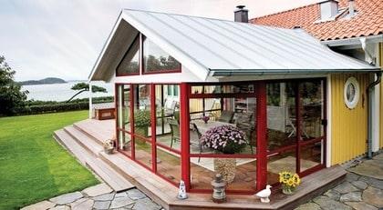 FLEXIBLA GLASPARTIER. Santex rum 80  Typ: Santex rum 80 är ett sadeltaksrum med generös takhöjd. Ett uterum som höjer värdet på vilket hus som helst. Med sadeltaksmodellen kan man placera uterummet antingen i vinkel mot huset eller på gaveln. Båda uterummen är försedda med skjutbara och fasta glaspartier. Bilden visar produkten med röd baskulör RAL 3004.  Pris: Kontakta Santex lokala återförsäljare för ett exakt pris.  Info: www.santex.se.