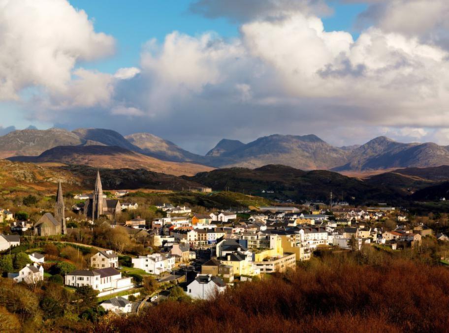 Connemaras huvudort Clifden är en perfekt bas för dagsturer till fots över hedarna och bergen i nationalparken.