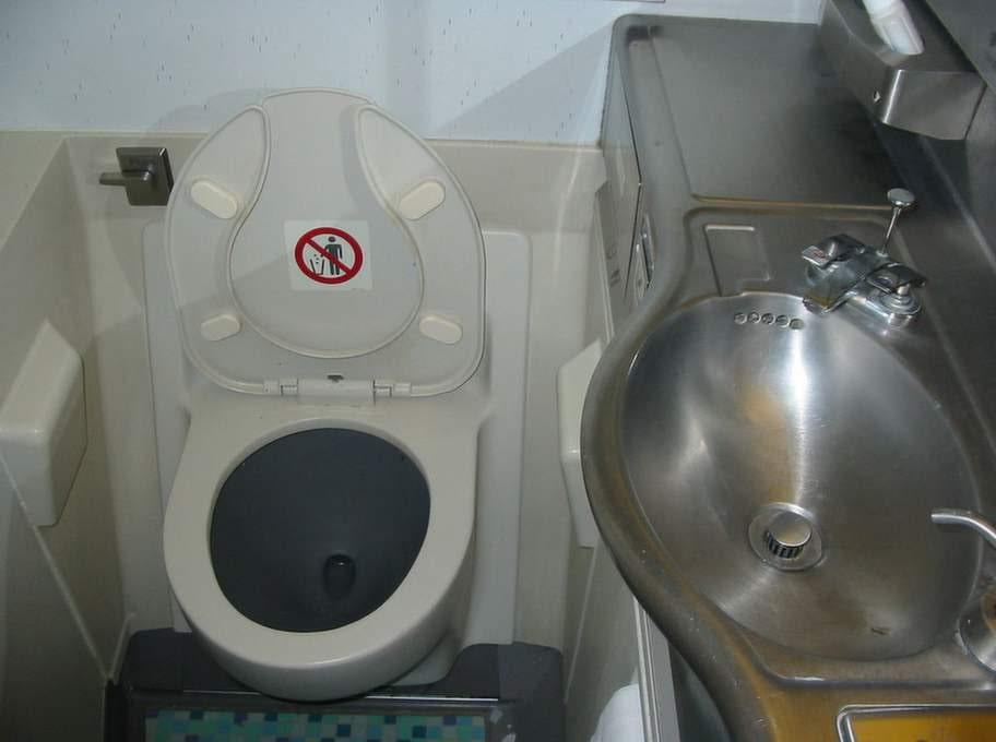 Nej, du kan inte fastna i flygplanstoaletten.