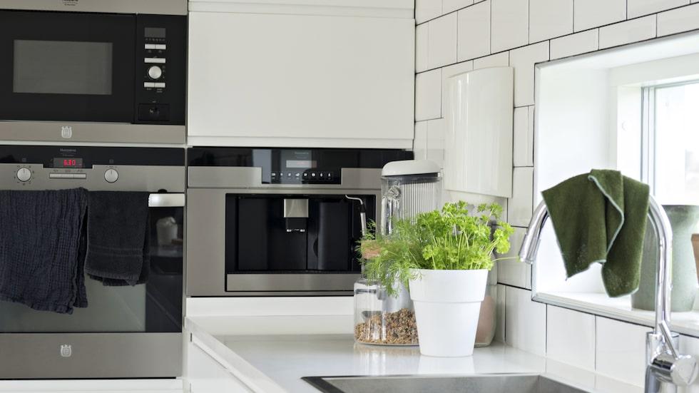 Köket går i vitt vilket ger en härlig bistrokänsla. Köksinredningen kommer från Ikea och bänkskivor från Andrews granite.