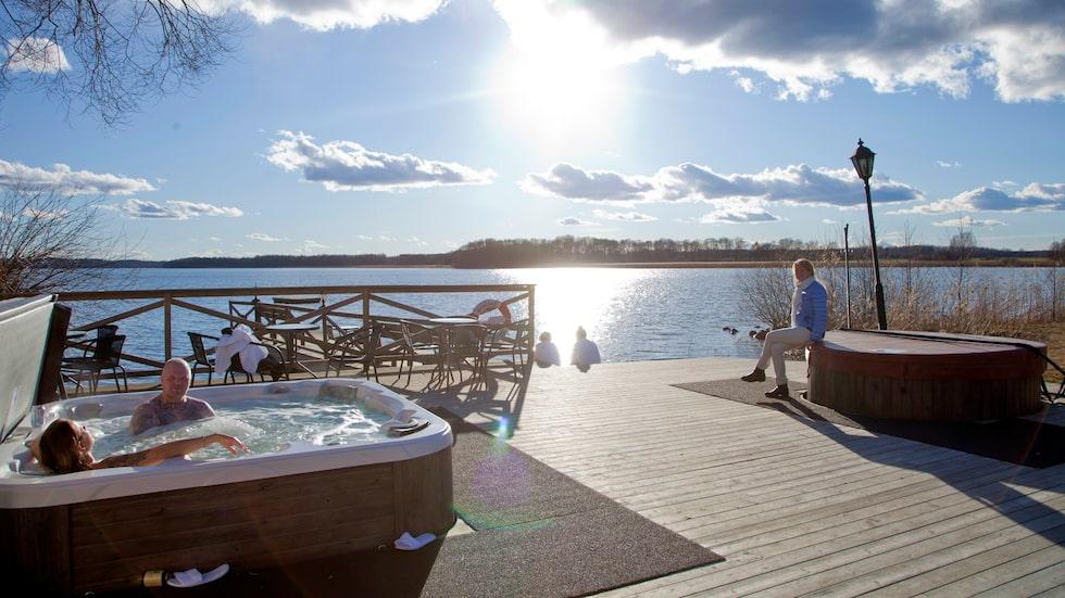 Rånäs slotts sjöbastu nere vid sjön Skedviken är mycket fin med vilstolar och bubbelbad.