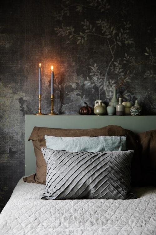 Tapet Midsummer Night, Wall & Deco. Sängöverkast, Ellos. Sänggaveln har paret byggt själva.