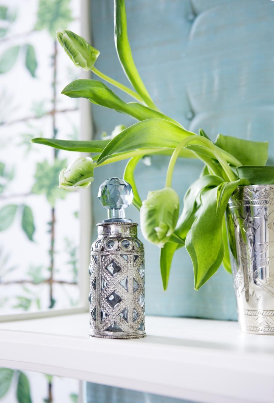 Fin detaljFlaska med glasknopp, privat. Silverbägare/vas, 349 kronor, Day home. Tulpaner från Vildrosor & tistlar.