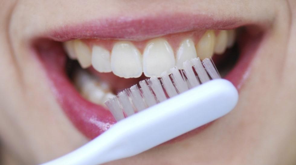 I Sverige är vi duktiga på att borsta tänderna två gånger om dagen. Men HUR vi gör det är en annan femma.