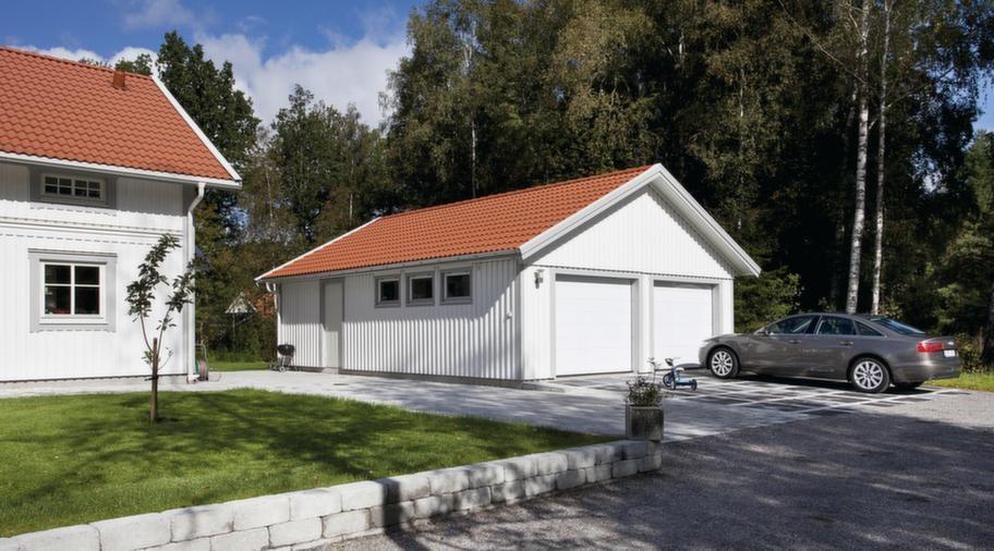 """Går att förlänga.Tvåbilsgarage med sadeltak från Mellby Garage. Utvändigt mått 7,5 x 9,7 meter, går att förlänga i moduler om 120 centimeter. Den här modellen finns att köpa """"precut"""", som komplett garage i färdigkapat lösvirke. Fönster och gångdörr är tillval. För ett oisolerat garage inklusive två takskjutportar och takpannor är priset från 100 900 kronor.Info: mellbygarage.se"""