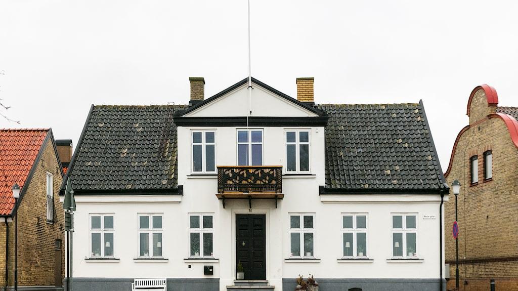 Lister, paneler och snickeridetaljer har bevarats eller återskapats i renoveringen för att huset ska få samma karaktär som vid byggåret 1885.