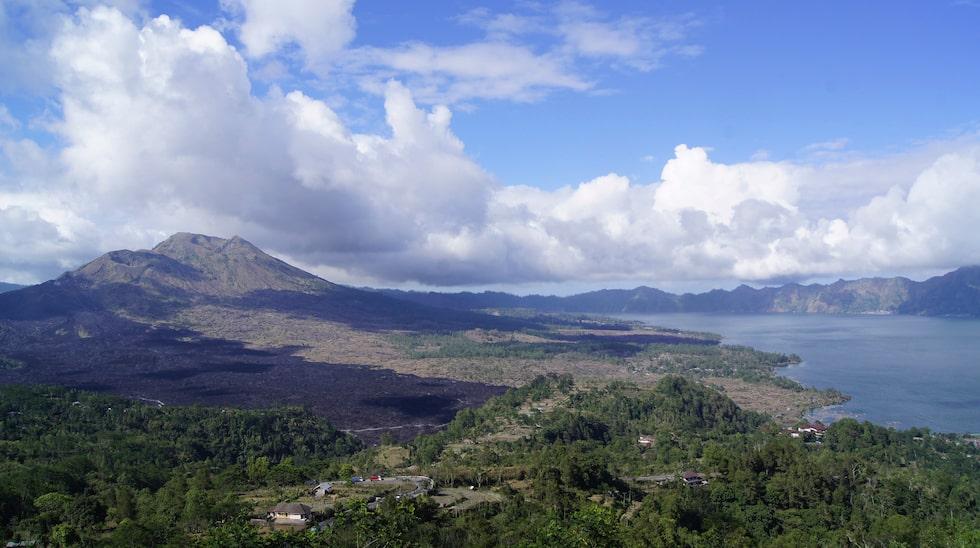Den svarta lavan från senaste utbrottet år 2000 syns ännu vid vulkanen Mount Batur på Bali.