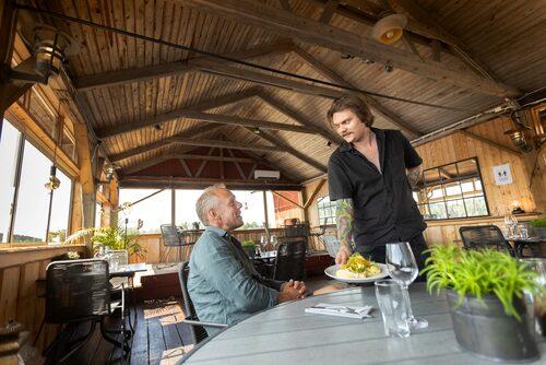 Robin Klint serverar dagens lunch på Borka brygga.