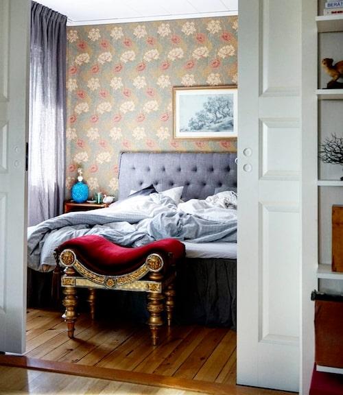 Sovrummet är inrett med mycket textilier för att göra det mysigt och ombonat. Joanna älskar tapeten från William Morris. Pallen är arvegoda.