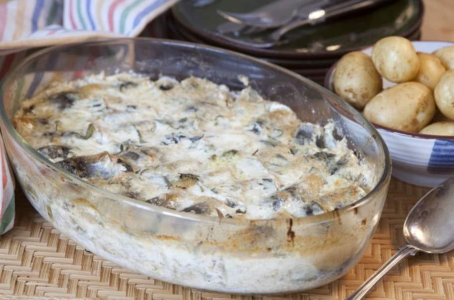 I två versioner. Strömming med senap och salvia som puttrat i grädde - en av Gudrun Schymans favoritmaträtter.Är du sugen på att laga hennes mat? Klicka HÄR.