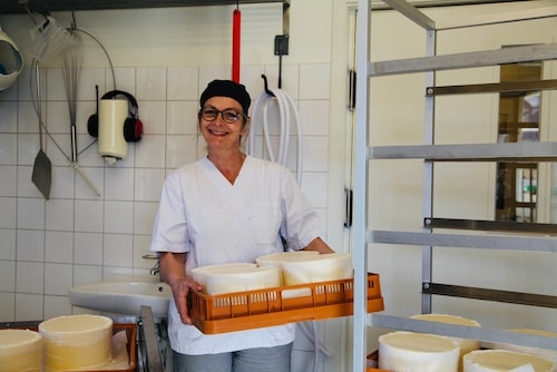 """""""Det viktigaste är tålamod, man kan i princip alltid lagra ostarna lite till"""", berättar Anna Kälvebrand."""