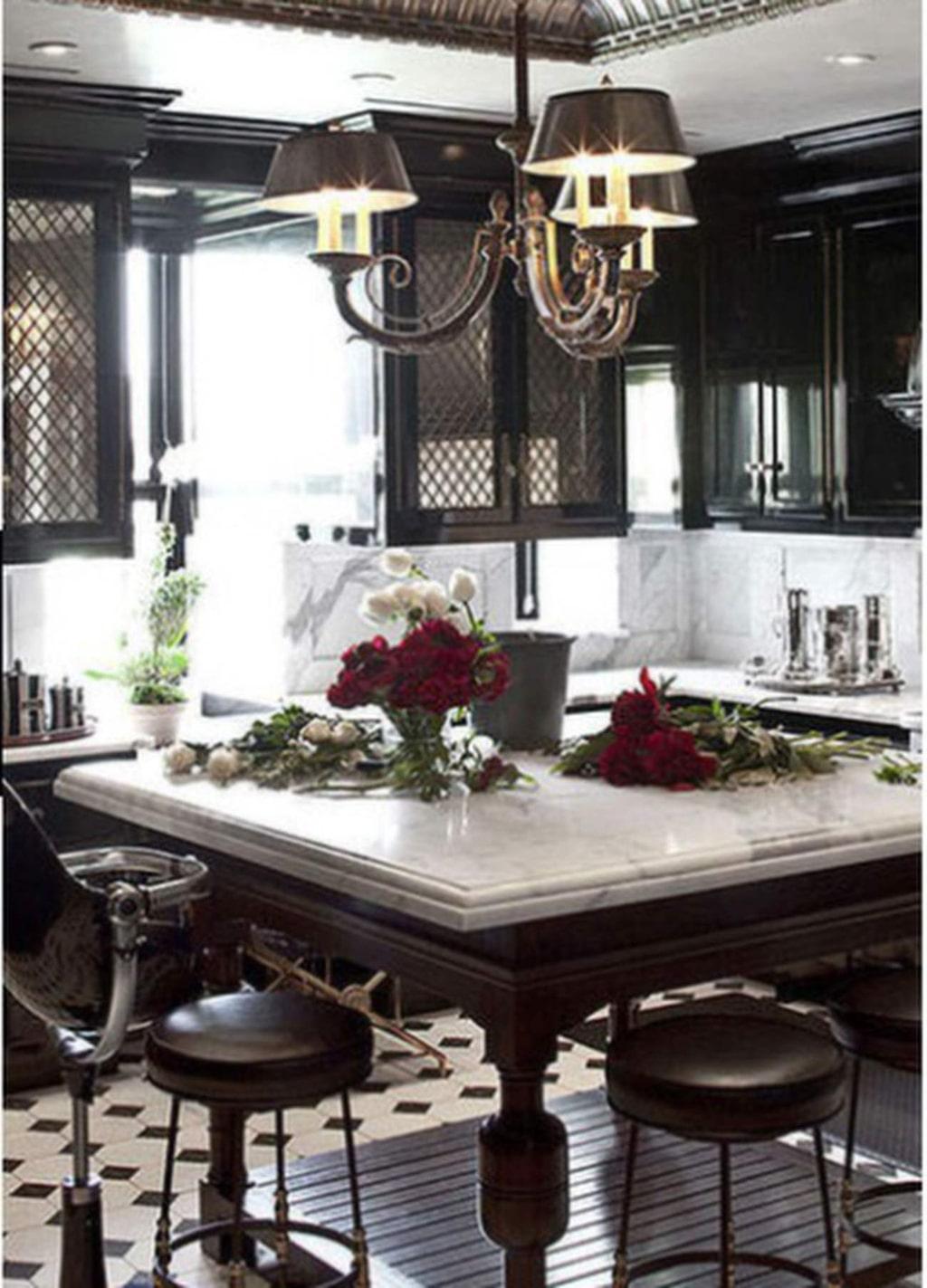 Kök med marmorbänkar och vackert golv.
