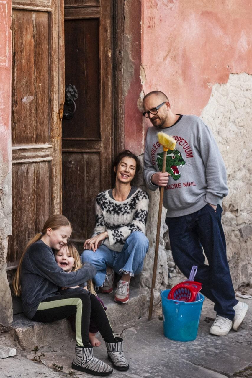 """I """"Husdrömmar Sicilien"""" som sändes på SVT våren 2020, kunde tittarna följa familjen Olsson Nylander när de köpte ett rosa kråkslott på Sicilien som de nu rustar upp. Säsong två har premiär 30 september."""