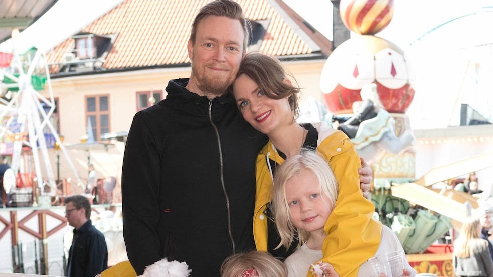 Liv Mjönes tillsammans med sambon Henrik Bäckbro och barnen Bo och Klas.