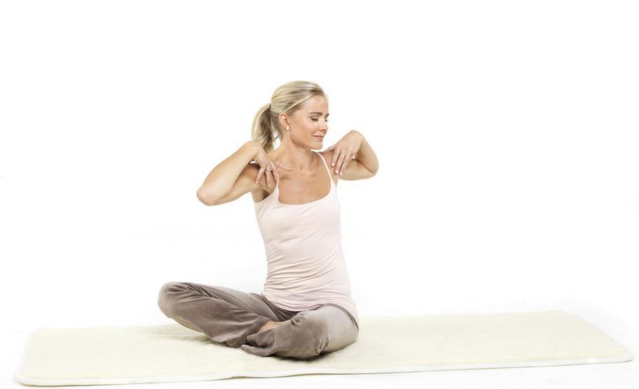 <strong>3. Ryggvridning</strong><br>Sitt rak. Lägg händerna på axlarna, fingrarna fram och tummarna bak på ryggen. Vrid mjukt överkroppen så långt du kan åt vänster, andas in, vrid sen hela vägen över åt höger, andas ut. Tänk sat nam. Huvudet följer passivt med kroppsrörelsen. En till tre minuter. Avsluta med ett rotlås.<br>Sitt en stund efteråt, fem till tio minuter, andas lugna, djupa andetag med slutna ögon och meditera över hur det känns inom dig.
