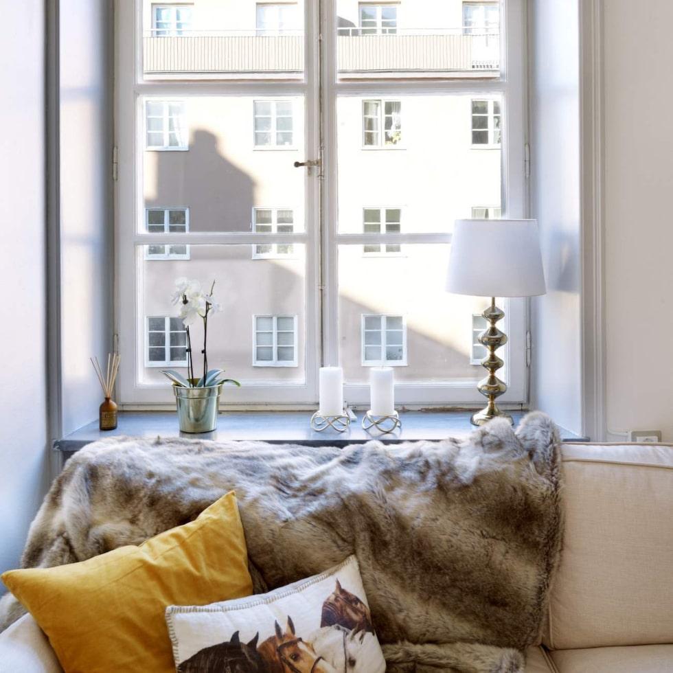 Originaldetalj. De spröjsade fönstren är original och tillför stor charm. Ljusstakar i fönstret från Georg Jensen och lampa från Åhlens.