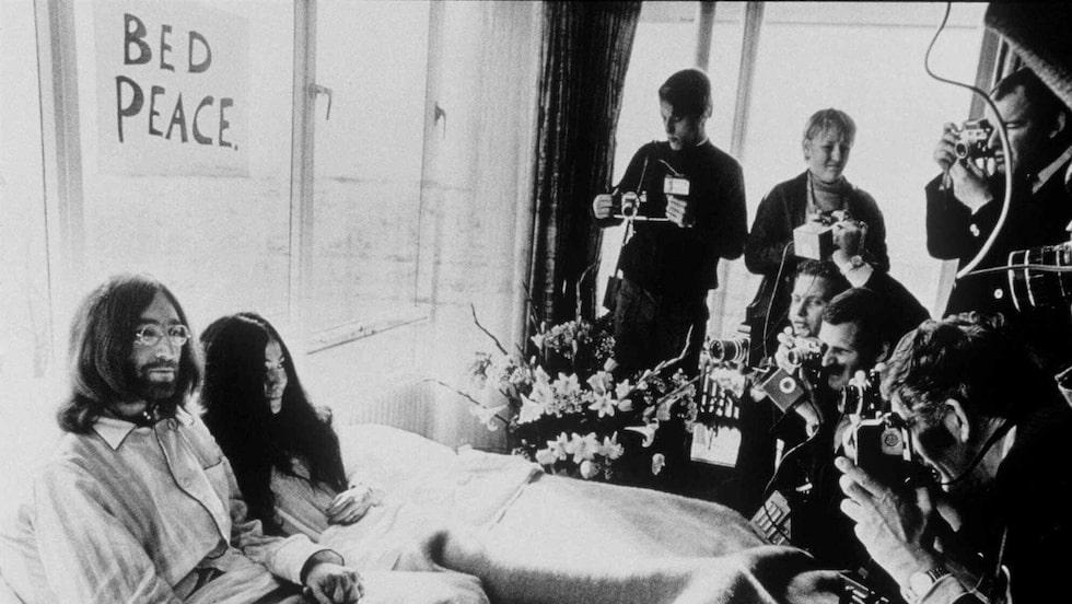"""En av parets mesta kända fredsmanifestationer var den så kallade """"Bed-in for peace"""". Paret firade sin smekmånad på Hilton Hotel i Amsterdam genom att spendera en vecka i sängen och bjuda in världspressen."""